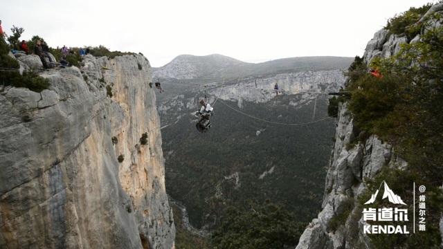 乐队在千米悬崖间悬空演奏