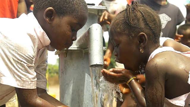 插土里就能产水,解决非洲缺水问题