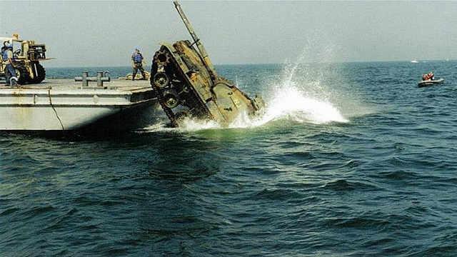 上百辆坦克出发后集体坠海!