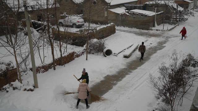农村下雪的第一件事,不是堆雪人
