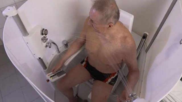 国外发明自动淋浴房,坐着就能洗澡
