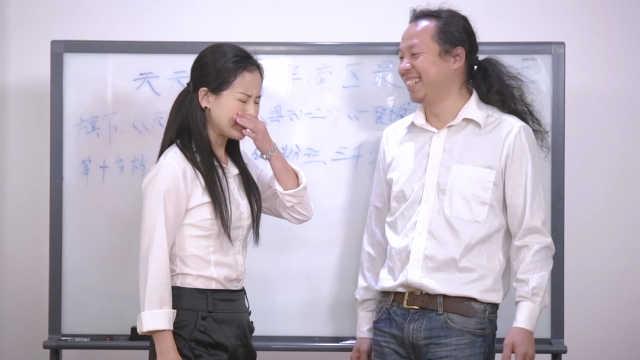 让女同事难堪, 男人竟然还笑出来