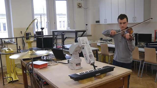 理工男设计机械臂陪自己练小提琴