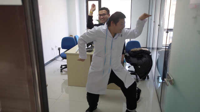 腿疼去医院,医生要他选局麻或全麻