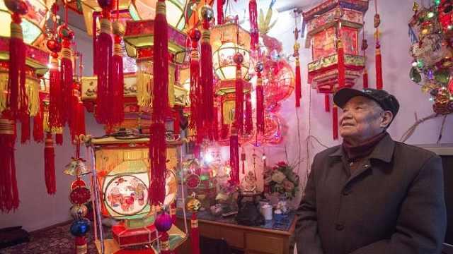 """杭州灯芯巷有位86岁""""花灯爷爷"""""""