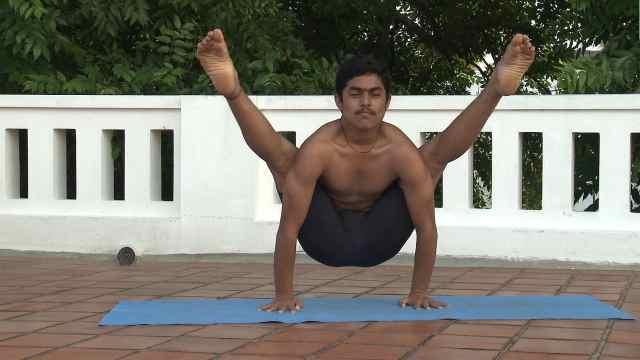 印度古式瑜伽教学:双臂反抱腿式