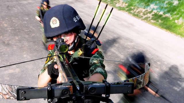 中国女兵一人撂倒三名壮汉