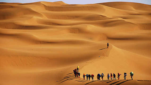 新疆的沙漠里的沙子到底重多少吨?