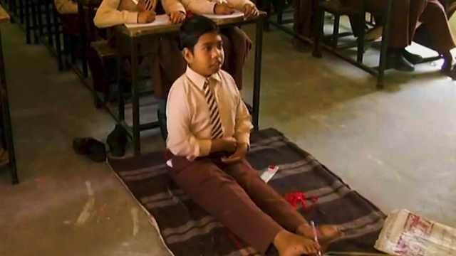 正能量!印度11岁男孩两根脚趾写字