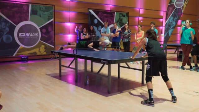 在乒乓球桌上玩头球,外国人玩疯了