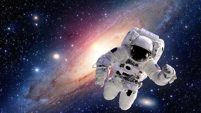 宇航员飞到100亿光年外怎么联系?