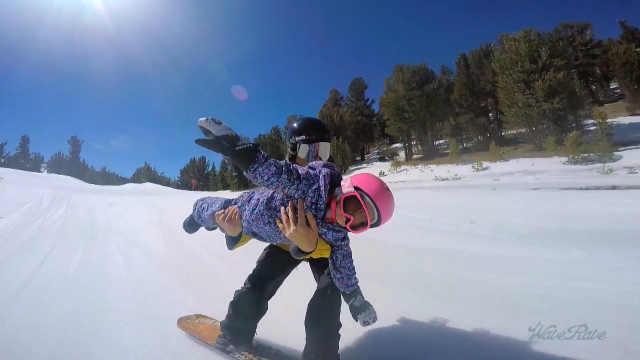 酷炫!他带3岁女儿一起高难度滑雪