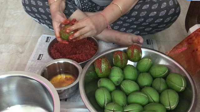印度小零食:青芒果里塞满辣椒!