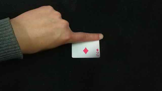 小伙让一张牌在桌子上消失!