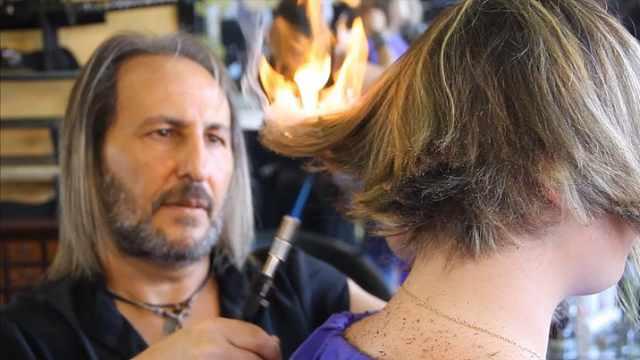 最独特理发方式:用火、用刀剑理发