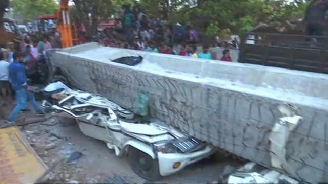 印度一座天桥坍塌,至少18人死亡