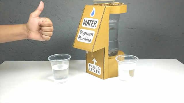 牛人做简易饮水机,只需纸板和瓶子