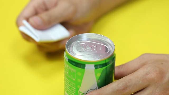 想喝饮料拉环掉了,一张纸就能开罐