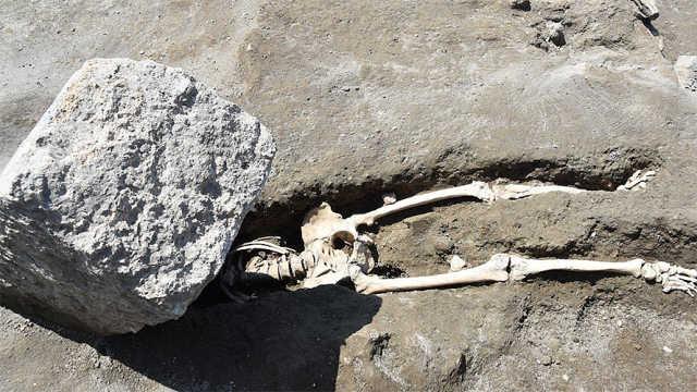 庞贝古城发现被巨石砸碎的遗骸