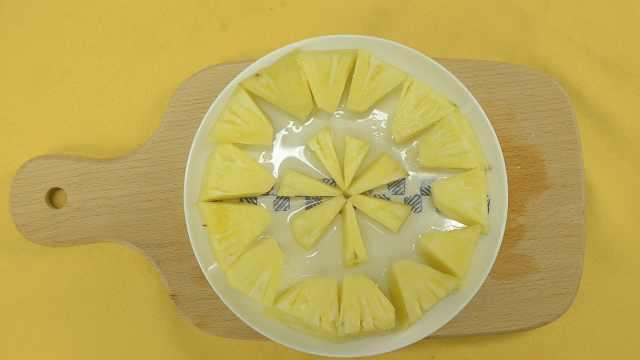 怎样利用家里的工具轻松切菠萝?