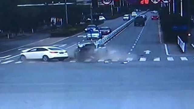 最后1秒绿灯! 两车抢过路口致相撞