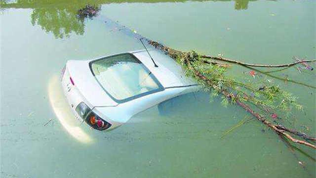 汽车坠河后,人如何才能逃出来?