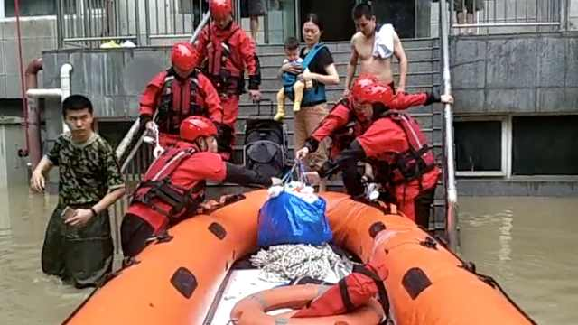 母子与家人失联,消防冲锋舟解救