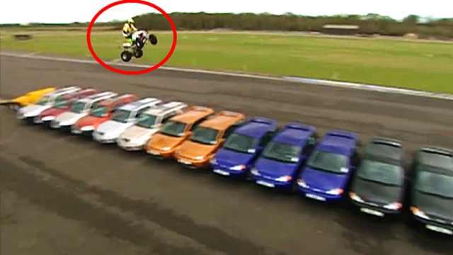 澳洲小伙挑战自我,骑车飞跃14辆车