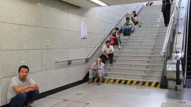 西安持续高温,市民躲进地铁站乘凉