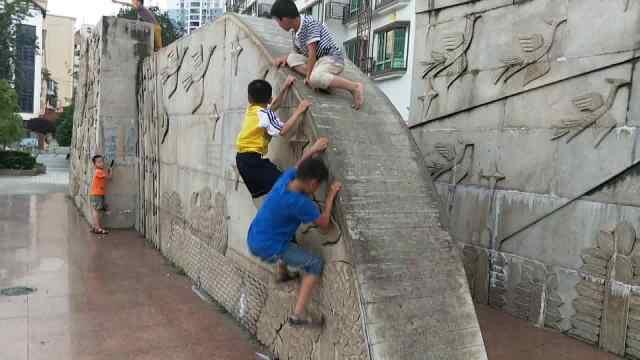 危险!熊孩子攀爬高墙,扬言不怕摔