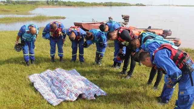 少年溺水身亡,救援队打捞后三鞠躬