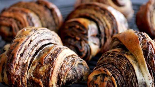 自制香脆酥软的巧克力羊角面包
