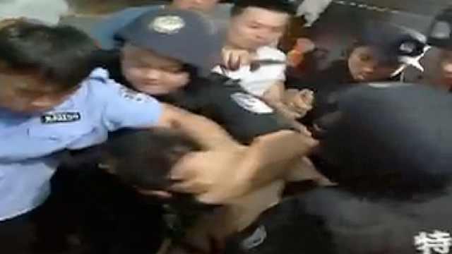 他持刀伤人劫持人质,民警只身替换