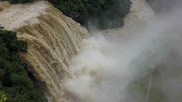 黄果树瀑布迎最大洪峰,多路段封闭