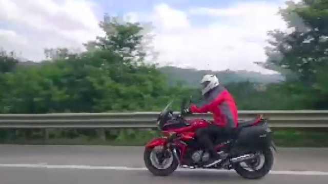 他骑摩托上高速狂飙车:忘记看路标
