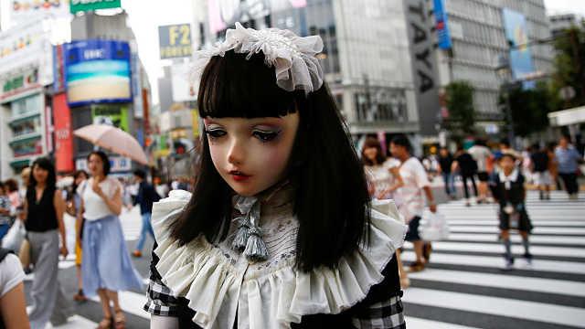 日本女孩把自己弄成了真人芭比娃娃