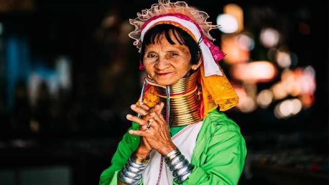 为什么长颈族女人脖子套25个铜环?