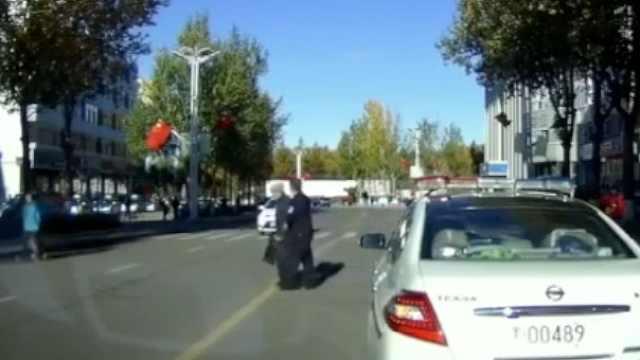暖!辅警停车扶老人过马路,多车让行