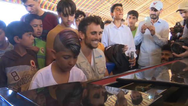 难民营中钢琴家用音乐驱散战争阴霾