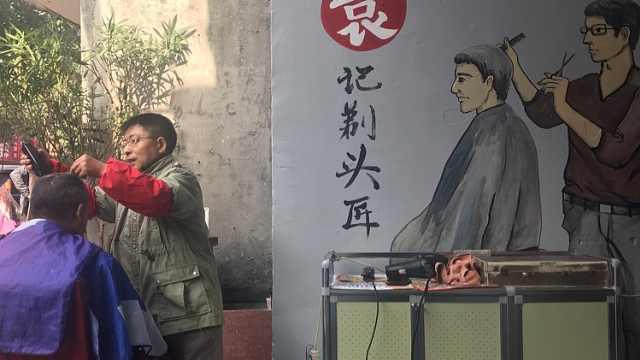 视障男子剃头养家15年,被人画上墙
