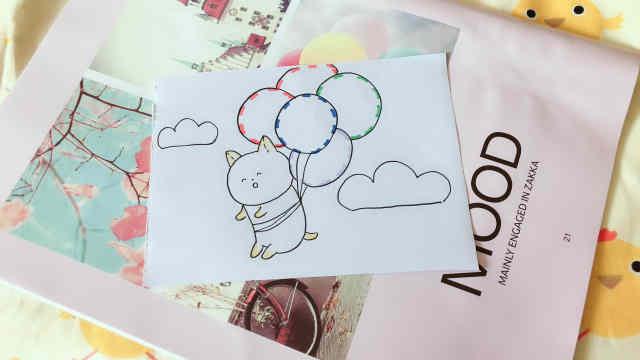 绑着气球的可爱柴犬!