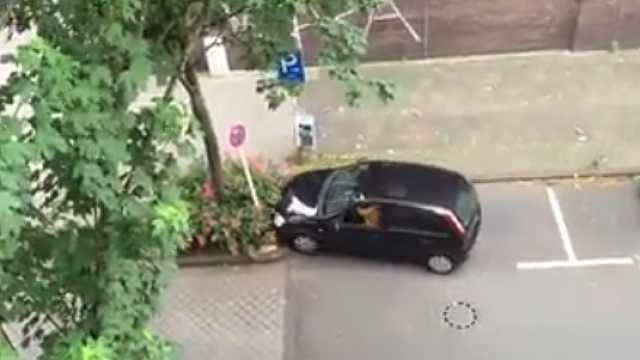 爆笑操作!侧方位停车技术能有多差