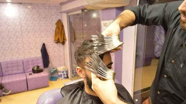牛人理发师,手握27把剪刀理发