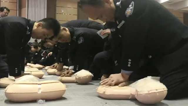 壮观!300警察医院学急救:很实用