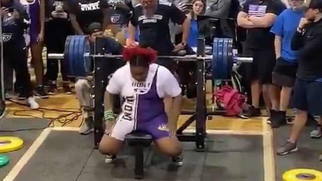 15岁大力士女孩卧推163公斤