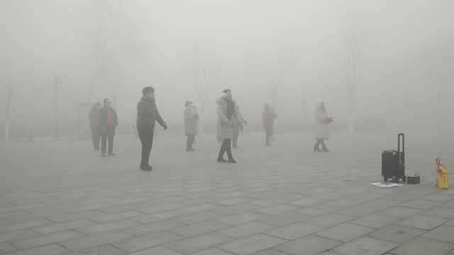 硬核大妈!重度雾霾天戴口罩跳舞