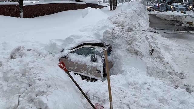 美国一女子被积雪埋在车中数小时