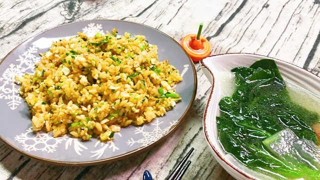 野蔥炒飯加木耳菜冬瓜湯,好吃!
