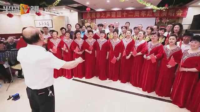 青岛老年红歌团百名老人唱红歌