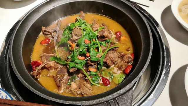 羊蝎子火锅:菜名有蝎子,吃时却不见